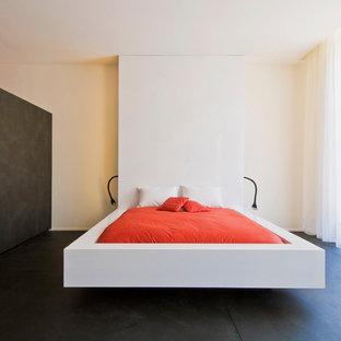 Réalisation d'une grand chambre parentale minimaliste avec un mur blanc.