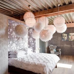 Foto de dormitorio romántico con paredes grises y suelo de madera en tonos medios