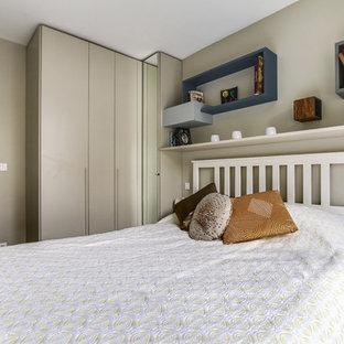 Неиссякаемый источник вдохновения для домашнего уюта: хозяйская спальня среднего размера в современном стиле с бежевыми стенами и полом из винила