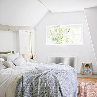 Inspiration pour une chambre rustique de taille moyenne avec un mur blanc.