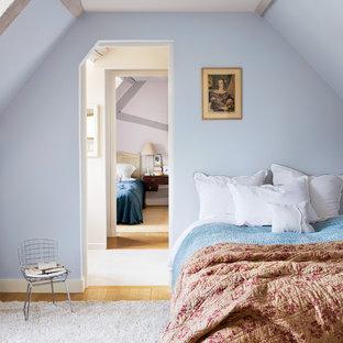 Charmant Cette Image Montre Une Chambre Du0027amis Rustique De Taille Moyenne Avec Un  Mur Bleu