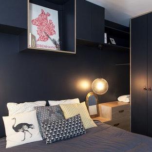 Exemple d'une chambre scandinave avec un mur noir et aucune cheminée.