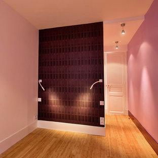 Свежая идея для дизайна: спальня среднего размера в современном стиле с фиолетовыми стенами и полом из бамбука без камина - отличное фото интерьера