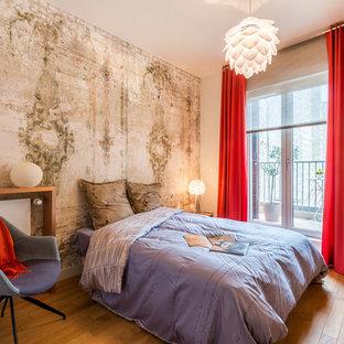 Réalisation d'une chambre design avec un mur blanc et un sol en bois brun.