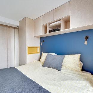 Diseño de dormitorio principal, retro, pequeño, sin chimenea, con paredes azules y suelo de madera pintada