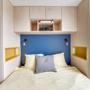 Ejemplo de dormitorio principal, vintage, pequeño, sin chimenea, con paredes azules y suelo de madera pintada