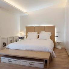 Contemporary Bedroom by RAMSEYER ARCHITECTES