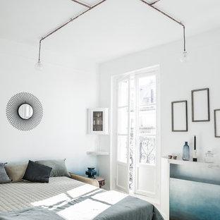 Aménagement d'une chambre parentale scandinave de taille moyenne avec un mur blanc, un sol en ardoise et aucune cheminée.