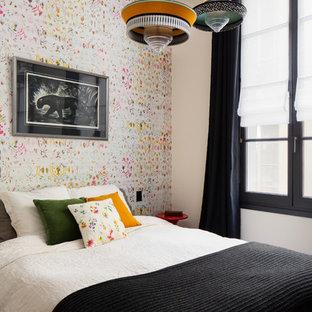 Cette photo montre une chambre scandinave avec un mur multicolore.