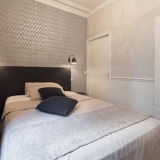 Idée de décoration pour une chambre design avec un mur gris et un sol en bois brun.