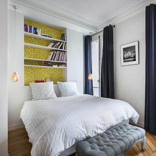 Cette Photo Montre Une Chambre Parentale Chic De Taille Moyenne Avec Un Mur  Blanc, Un