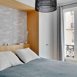 Exemple d'une chambre tendance avec un mur blanc et du papier peint.