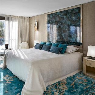 Esempio di un'ampia camera matrimoniale stile marinaro con pareti beige, pavimento in marmo e pavimento bianco