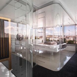 Idées déco pour une grand chambre parentale contemporaine avec un mur blanc.