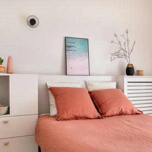 Aménagement d'une petit chambre bord de mer avec un mur beige.