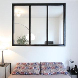 Diseño de dormitorio principal, contemporáneo, pequeño, con paredes blancas, suelo de madera oscura y chimenea lineal