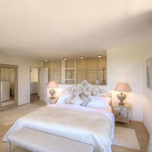 Inspiration pour une chambre méditerranéenne avec un mur blanc, un sol en bois clair et un sol beige.