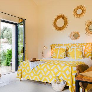 Idées déco pour une chambre méditerranéenne avec un mur blanc et un sol beige.