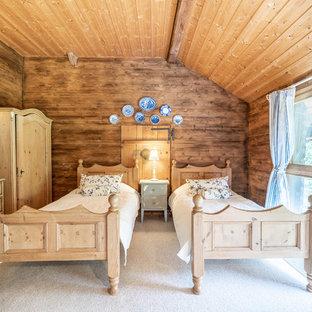 Inspiration pour une chambre chalet avec un mur marron et un sol blanc.