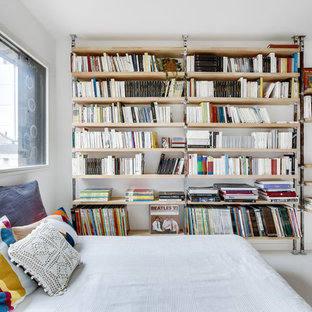 Idée de décoration pour une chambre d'amis design avec un mur blanc et un sol blanc.