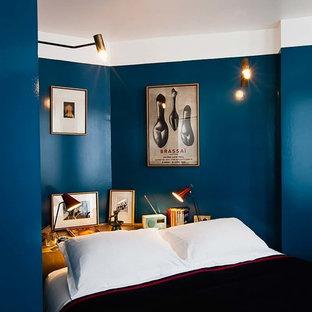 Exemple d'une petit chambre tendance avec un mur bleu et aucune cheminée.