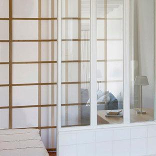 Imagen de dormitorio principal, contemporáneo, pequeño, sin chimenea, con paredes beige, suelo de baldosas de terracota y suelo naranja