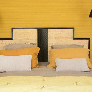 Idee per una piccola camera matrimoniale design con pareti beige, parquet chiaro, camino ad angolo, cornice del camino in pietra e pavimento beige