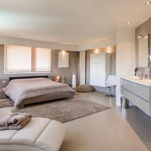 Cette photo montre une grand chambre parentale tendance avec un mur beige, un sol en carrelage de céramique et aucune cheminée.