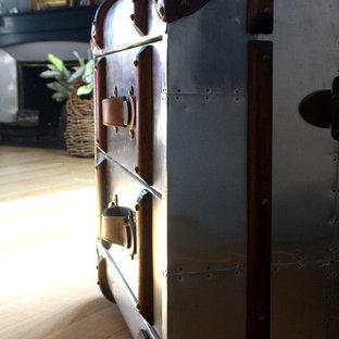 リヨンの中サイズのコンテンポラリースタイルのおしゃれな主寝室 (グレーの壁、淡色無垢フローリング、コーナー設置型暖炉、漆喰の暖炉まわり、ベージュの床) のインテリア