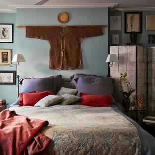 Inspiration pour une chambre parentale bohème de taille moyenne avec un mur bleu et aucune cheminée.