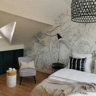 Diseño de dormitorio tipo loft, moderno, de tamaño medio, con paredes azules, suelo vinílico y suelo beige