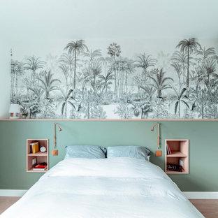 Cette image montre une chambre design avec un mur multicolore, un sol en bois brun, un sol marron et du papier peint.