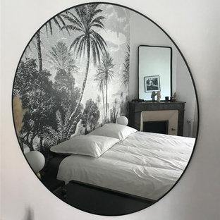 Diseño de dormitorio principal y papel pintado, exótico, de tamaño medio, papel pintado, con paredes blancas, suelo de madera en tonos medios, chimenea de esquina, marco de chimenea de piedra, suelo marrón y papel pintado