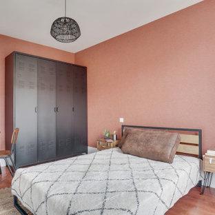 Inspiration för ett mellanstort funkis sovrum, med mörkt trägolv, brunt golv och orange väggar