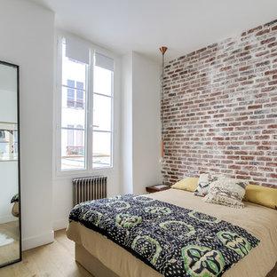 Diseño de habitación de invitados industrial, de tamaño medio, sin chimenea, con paredes blancas y suelo de madera clara