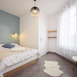 Diseño de dormitorio principal, nórdico, grande, con paredes azules, suelo de baldosas de terracota y suelo gris
