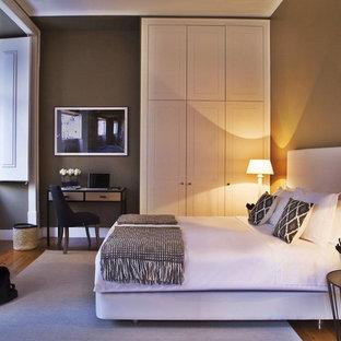 Idées déco pour une grand chambre parentale classique avec un mur marron, un sol en bois brun et aucune cheminée.
