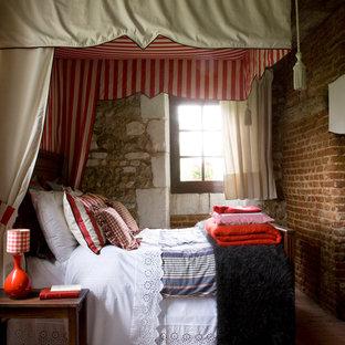Diseño de dormitorio principal, tradicional, de tamaño medio, con paredes multicolor y suelo de baldosas de terracota