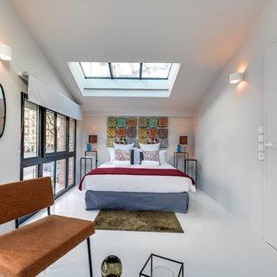 Exemple d'une grande chambre parentale chic avec un mur blanc et aucune cheminée.
