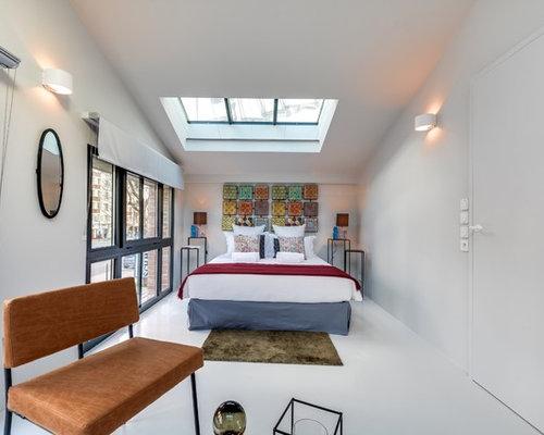 Exemple d\u0027une grande chambre adulte chic avec un mur blanc et aucune  cheminée.