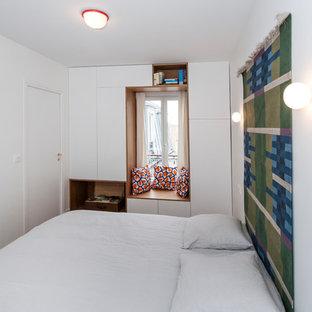 Réalisation d'une chambre design avec un mur blanc.