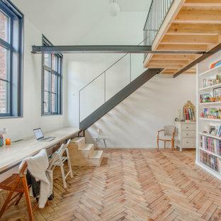 Cette image montre une chambre design avec un mur blanc et un sol beige.