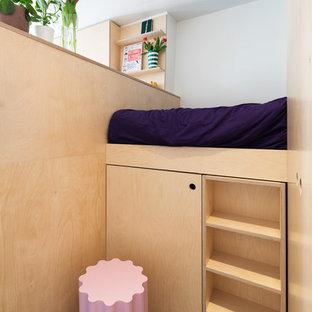 Modelo de dormitorio actual, pequeño, con paredes verdes, suelo de linóleo y suelo azul