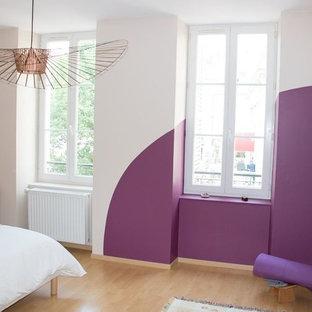 Esempio di una camera matrimoniale con pareti beige, pavimento in laminato e pavimento giallo
