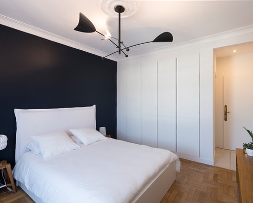 chambre avec un sol en bois brun et un mur noir photos et id es d co de chambres. Black Bedroom Furniture Sets. Home Design Ideas