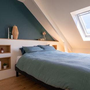 Cette image montre une chambre nordique avec un mur vert, un sol en bois clair et aucune cheminée.