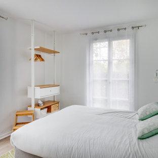 Modelo de dormitorio principal, nórdico, pequeño, sin chimenea, con paredes verdes, suelo laminado y suelo marrón