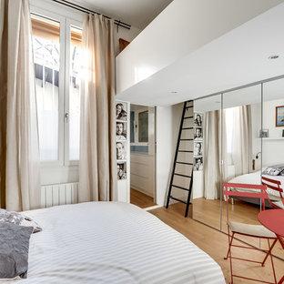 Modelo de dormitorio principal, actual, de tamaño medio, sin chimenea, con paredes blancas, suelo de madera clara y suelo beige