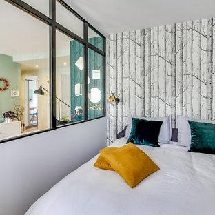 Aménagement d'une chambre contemporaine avec un mur blanc.