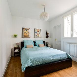 Aménagement d'une chambre parentale classique de taille moyenne avec un mur blanc, un sol marron, un sol en bois foncé et aucune cheminée.